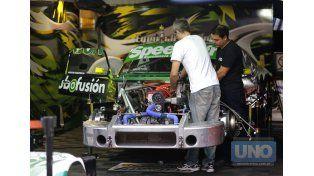 Los mecánicos trabajaron ayer a destajo en los autos para dejarlos de la mejor manera.  Foto UNO/Diego Arias