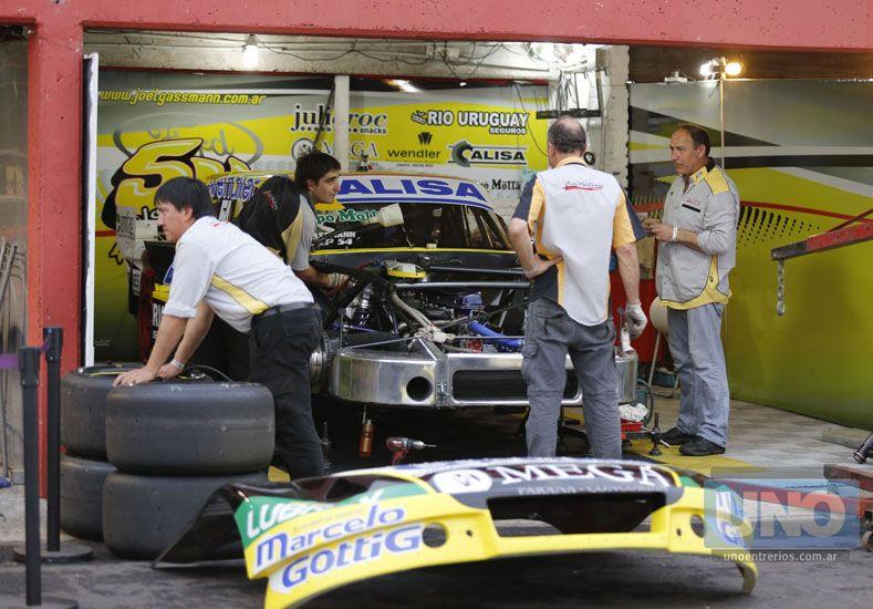 El equipo de Omar Martínez trabajó en su máquina.  Foto UNO/Diego Arias