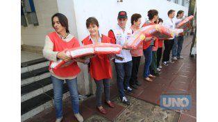 Las colaboradoras del San Roque realizaron una cadena humana. Foto UNO/Juan Ignacio Pereira