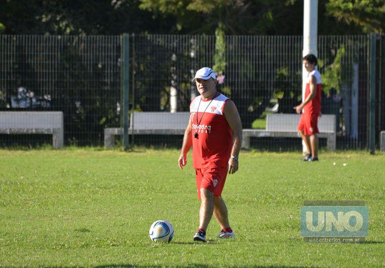 Cervilla finalizó disconforme con la performance de sus dirigidos en el entrenamiento de ayer.   Foto UNO/Mateo Oviedo
