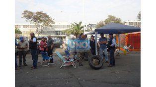 Productores agropecuarios acampan frente a Casa de Gobierno.  (Foto UNO/Valeria Girard)