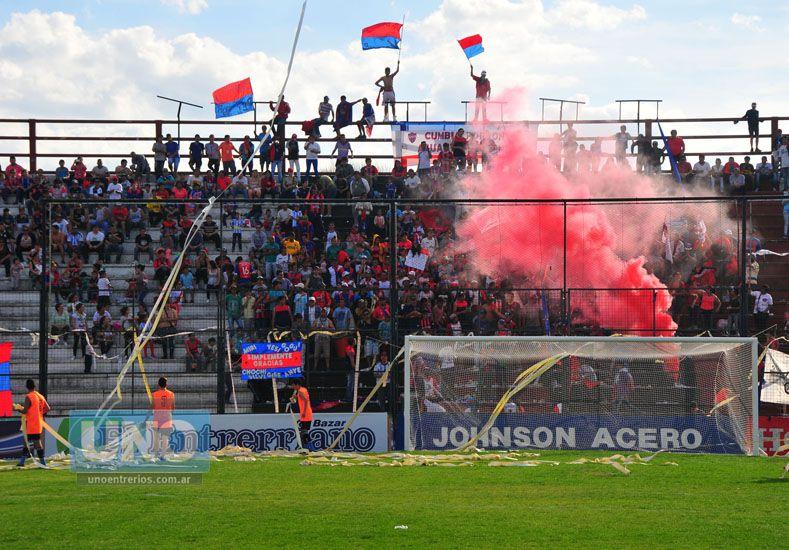 La pasión. La hinchada de Ciclón del Sur le puso color a la final que se disputó en el estadio Grella.   Foto UNO/Juan Manuel Hernández