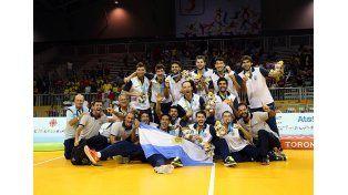 Felices. El entrerriano Álvarez junto al conjunto nacional que obtuvo el oro en los Panamericanos de Toronto el domingo.