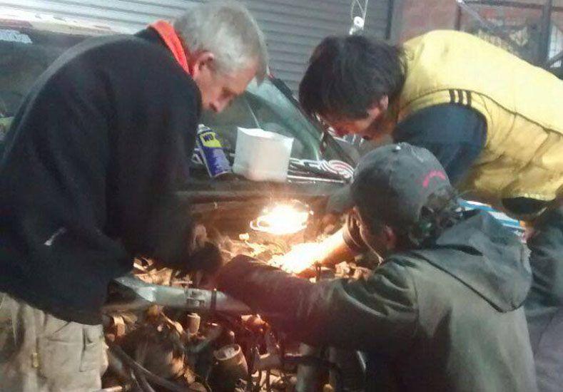 El entrerriano en pleno trabajo sobre su camioneta junto a sus mecánicos.