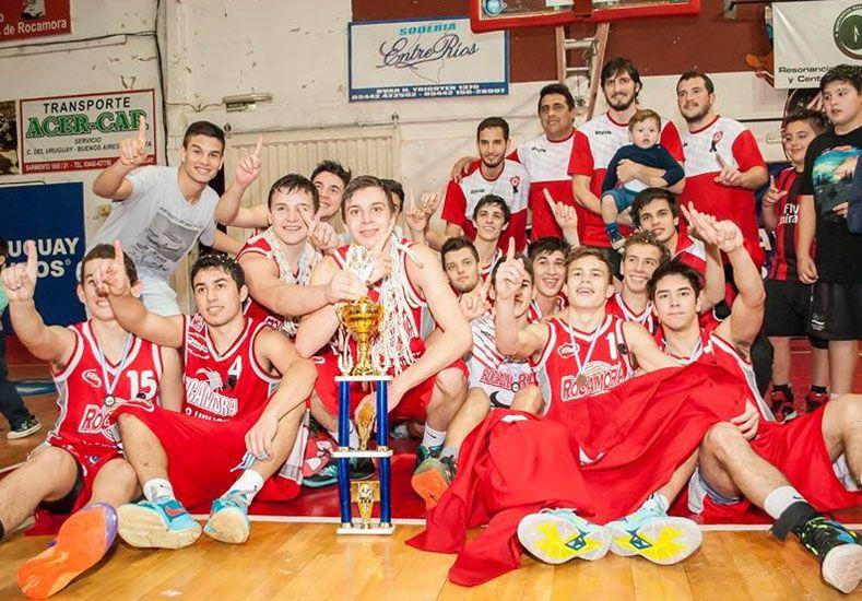 Los chicos del Rojo celebran luego de vencer a Olimpia de Paraná.