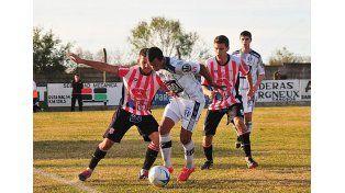 Matías Padilla busca sacarse de encima a dos jugadores del León. El Decano cayó feo en el Plazaola.