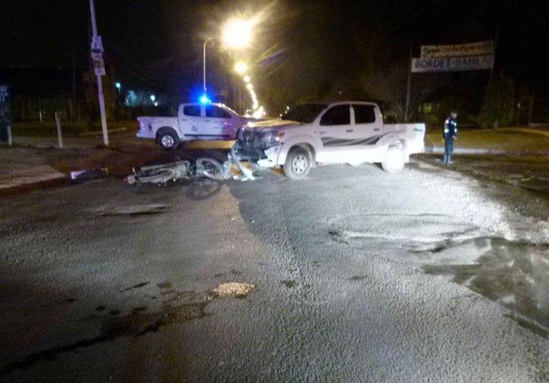 Se accidentaron tres jóvenes que iban en moto y uno está grave