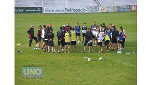 Iván Delfino habla con el plantel luego de la práctica de ayer en el Grella.    Foto UNO/Mateo Oviedo