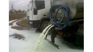 Desperdician leche cruda por un conflicto gremial