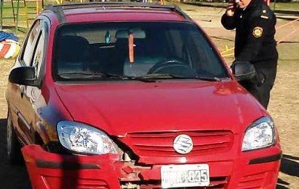El auto impactó contra una calesita que hay en la plaza en la que estaba jugando una nena.