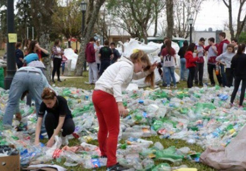 En acción. Los estudiantes secundarios reunieron en total 124.000 botellas.