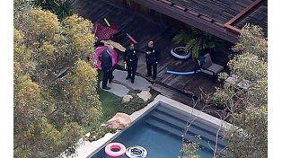 La policía junto al cuerpo que se encontró en la piscina de Demi Moore