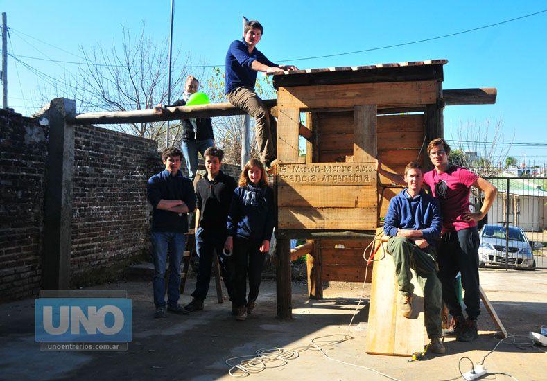 Manos solidarias. Entre todos realizaron labores en el barrio y compartieron sus vivencias. Foto UNO/Juan Manuel Hernández