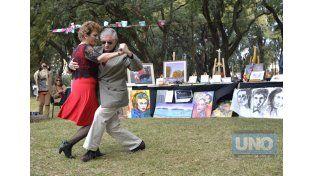 Primera Feria. Desde la mañana y hasta la tarde hubo varios números artísticos programados donde se destacó el baile de tango y la música de la mano del grupo Atakandombe