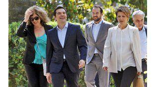 Caras nuevas. Un sonriente Tsipras dejaba ayer el palacio presidencial con parte de su nuevo equipo de gobierno.