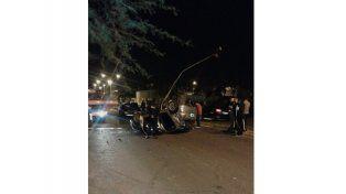 En avenida Ramírez y Moussy un Ford Orion chocó un contenedor de basura