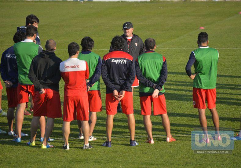 Los jugadores escuchan las indicaciones de Cervilla para el táctico efectuado en el estadio Mutio.   Foto UNO/Mateo Oviedo
