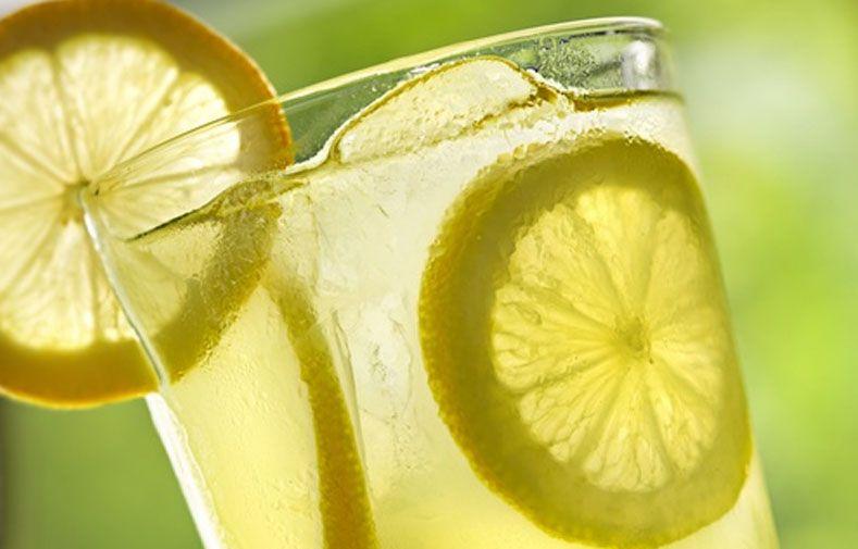 10 beneficios de beber agua tibia de limón cada mañana