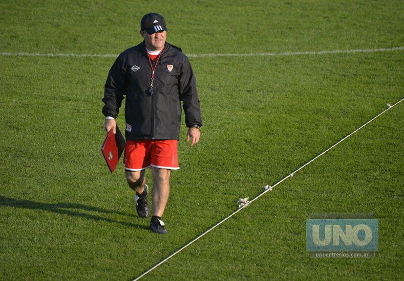 Edgardo Cervilla  frenó el entrenamiento para echar a Albertini del estadio.  Foto UNO/Mateo Oviedo