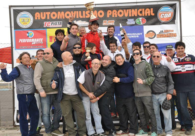 Nacho Laporta festeja el triunfo conseguido ayer junto a su equipo y su grupo de amigos.