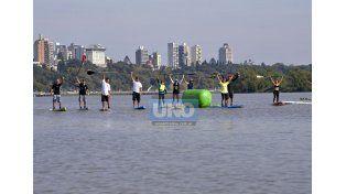 Calentando. Los superos antes de la largada con Paraná a sus espaldas.  (Foto UNO/Mateo Oviedo)