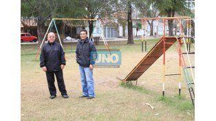 En el lugar. Leonard y Mendoza hablaron de la historia de la Plaza del barrio Los Aromos. (Foto UNO/Juan Ignacio Pereira)