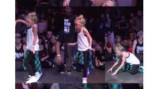La niña que cautiva con su baile