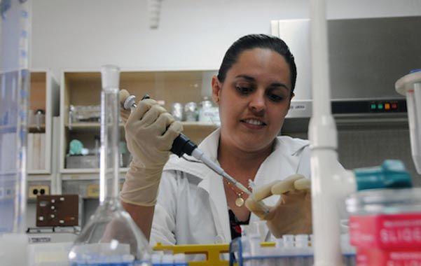 Una científica del Centro de Ingeniería Genética y Biotecnología de Camagüey