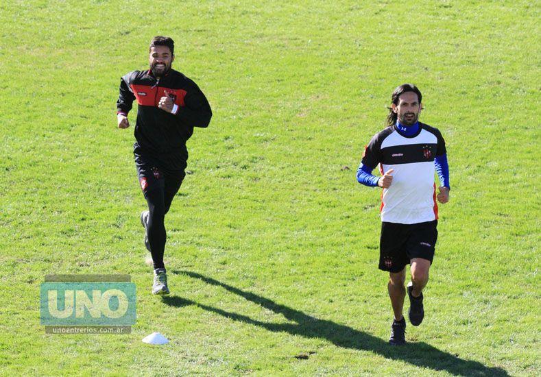 El uruguayo (a la izquierda) anotó su primer tanto en el Rojinegro en la Primera B Nacional.   Foto UNO/Diego Arias