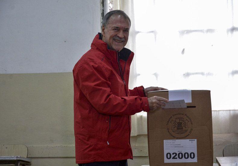 Juan Schiaretti al momento de votar. (Foto: Télam)