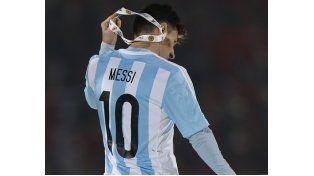 Messi se quitó la medalla de plata tras recibirla anoche por el segundo puesto alcanzado en Chile.