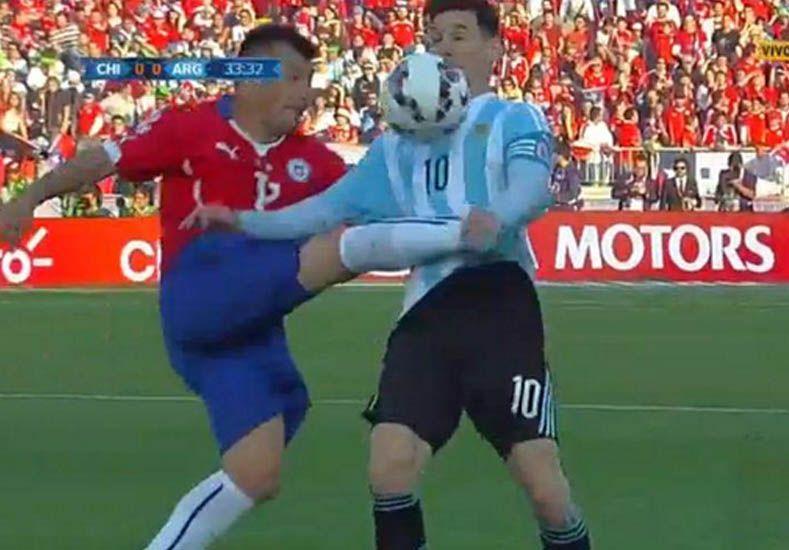 La terrible patada de Medel a Messi