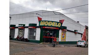 Buscan a dos delincuentes que asaltaron un supermercado en Concordia