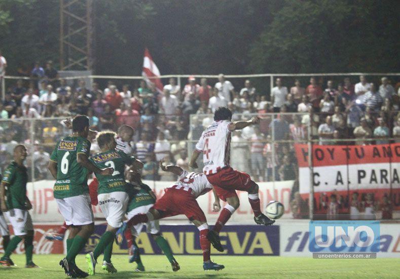 Martín Galli superaba a toda la defensa de Ferro para anotar el primer gol del Gato en la B Nacional. Foto UNO/Diego Arias