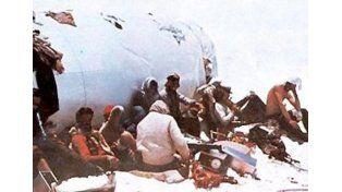 Imborrable. Los jóvenes rugbiers al lado del avión de la tragedia