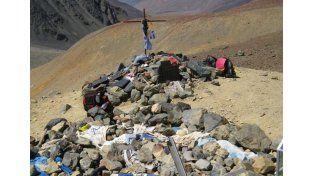 El lugar. La cruz se encuentra en la cordillera y allí descansan los restos de las personas que perdieron la vida en el accidente aéreo.