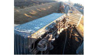 La carga del tren quedó desparramada a la vera de la ruta. (Foto: S. Suárez Meccia)