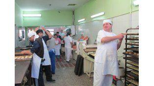 Proyecto de inserción. En la panadería los chicos trabajan y aprenden.