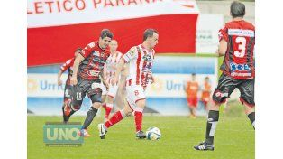 Pablo Vercellino encabeza sobre el andarivel derecho la ofensiva de Atlético Paraná.   Foto UNO/Juan Ignacio Pereira