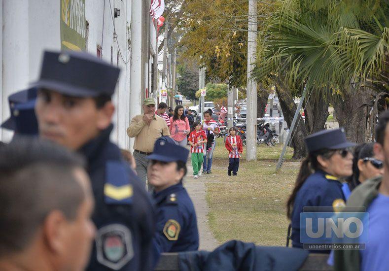 La familia se acercó en gran número a la cancha de Atlético Paraná. Foto UNO/Mateo Oviedo