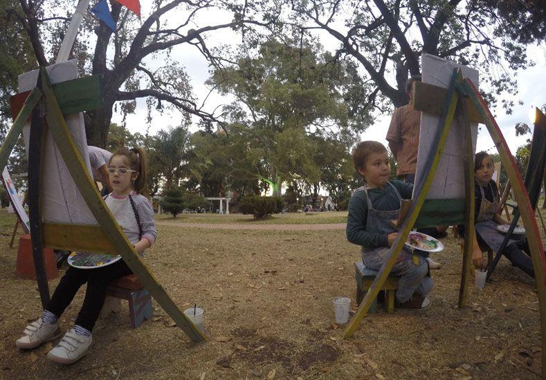 Concentrados. Emma y Fausto participaron ayer por primera vez en el taller de la plaza Sáenz Peña.