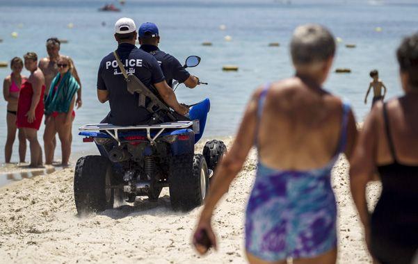 seguros. Una patrulla policial en las playas de Susa