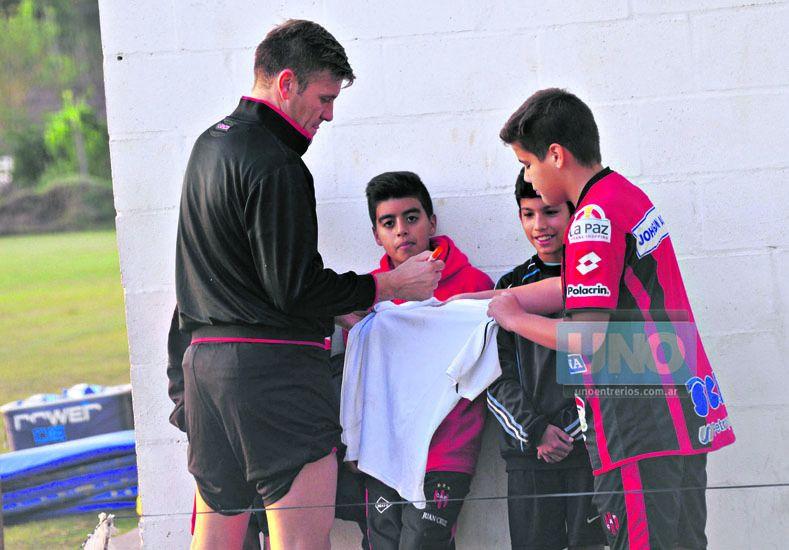 Un ejemplo para los nuevos hinchas. Los chicos lo esperan a la salida de los entrenamientos por un autógrafo.