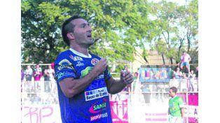 Fernando Benítez aparece en la delantera del Decano. (Foto UNO)