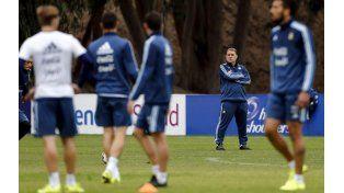 El Tata Martino observa el entrenamiento de sus dirigidos. (Foto: Reuters)