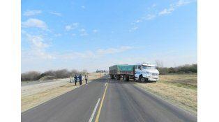 Espectacular accidente entre una camioneta, un camión y un auto en la ruta 18
