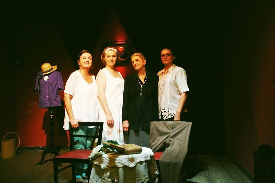 Hermanas. La obra se centra en las andanzas de la mayor de cuatro hermanas en el otoño de sus vidas.