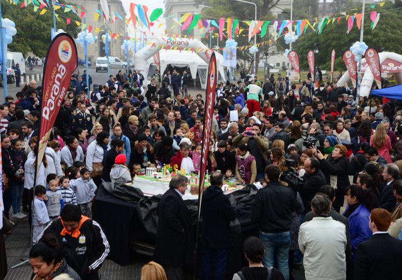 Día de la Ciudad. La torta de más de 200 kilos fue realizada por el sindicato de Pasteleros. Por la mañana la Plaza se pobló de asistentes a las actividades.