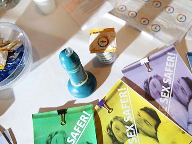 Adolescentes crearon un preservativo que cambia de color cuando hay enfermedades