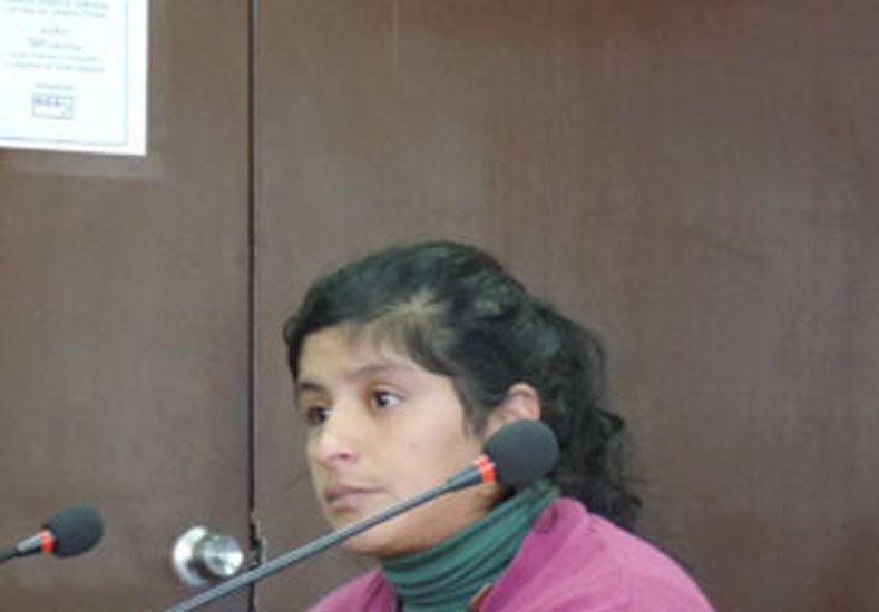 La acusada concurrió a la sala acompañada por dos de sus hijos. (Foto 03442.com)